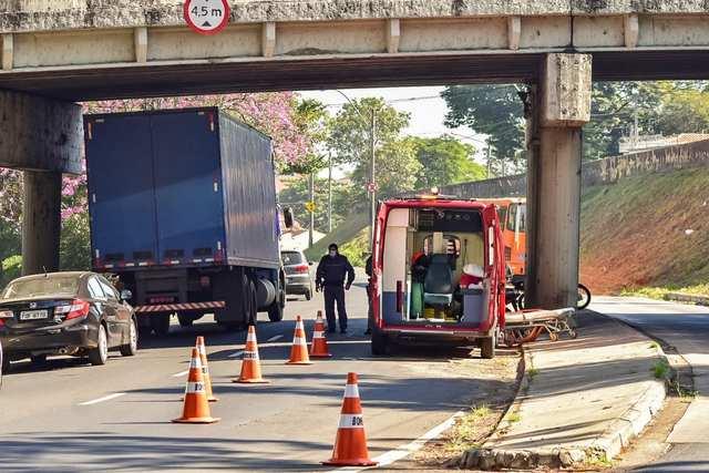 Motoqueiro perde controle e sofre grave acidente próximo à Curva do S, em Piracicaba