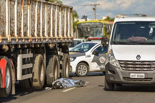 Grave acidente entre moto e caminhão deixa um morto em rodovia de Piracicaba