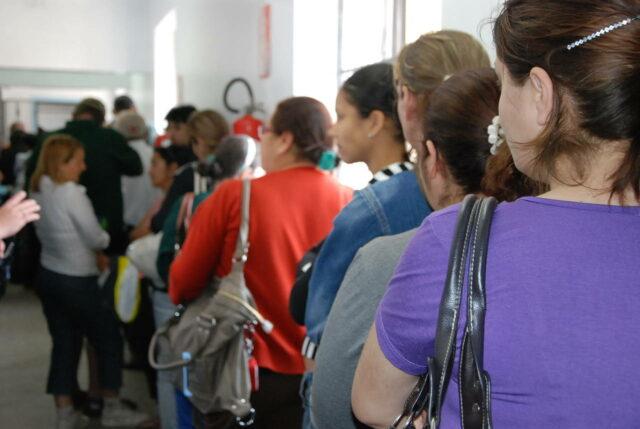 Foto que mostra uma fila de espera